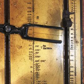Es un nomograma mecánico con 7 escalas logarítmicas, 5 ranuras y dos palancas interiores  interconectadas,  (precio estimado: 450€)