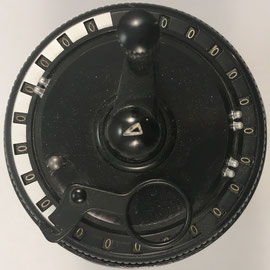 El modelo II tiene capacidad de 11x15x8 dígitos: 11 deslizadores, 15 para el resultado, 8 para contar giros