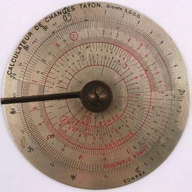 "Regla circular francesa ""Calculateur des Changes TAYON"", círculo interior rojo, para calcular cambios de francos a libras-peniques-chelines, patentada por René-Louis-Hyacinthe TAYON en 1921, fabricada por G. PREVOST, 10 cm diámetro"