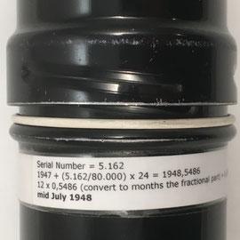 Funda metálica de la Curta I, s/n 5162, con la fórmula para calcular la fecha de fabricación: mediados de julio de 1948