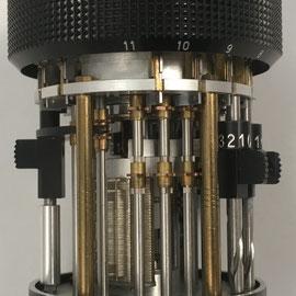 """Vista trasra de la CURTA """"cortada"""" que deja ver el funcionamiento interno y sus piezas como los mini cilindros de Leibniz"""