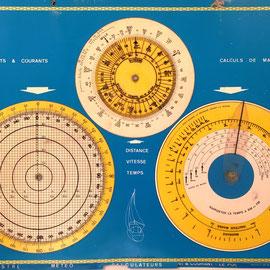 Triple regla circular francesa (vientos y corrientes; mareas; distancia, velocidad y tiempo)  para uso en navegación, primera página del folleto de 10 láminas de plástico, 39x28 cm