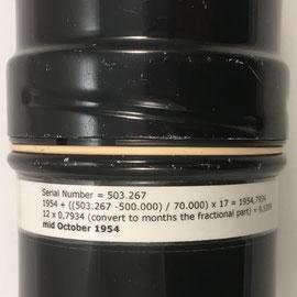 Funda metálica de la Curta II, s/n 503267, con la fórmula para calcular la fecha de fabricación: mediados de octubre de 1954