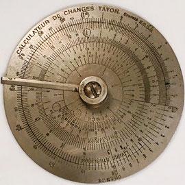 "Regla circular francesa ""Calculateur des Changes TAYON"", círculo interior negro, para calcular cambios de francos a libras-peniques-chelines, patentada por René-Louis-Hyacinthe TAYON en 1921, fabricada por G. PREVOST, 10 cm diámetro"