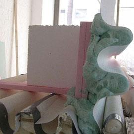 Den rückwärtigen Abschluss bilden zwei Lagen Polystyrol-Platten. Danach werden die Vorhangelemente mit Haftkleber auf dem Wärmedämm-Verbundsystem befestigt | Foto: bau-werk-stadt