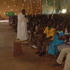 Prêtre concélébrant s'adressant aux enfants