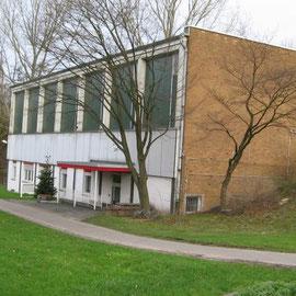 Die Turnhalle von der Seite mit dem AWO Eingang