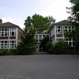 Das Schulgebäude vom Schulhof aus betrachtet