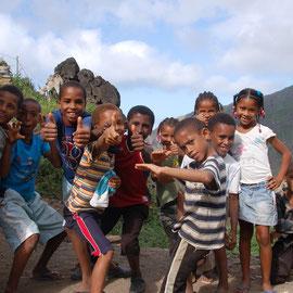Kinder gibt es reichlich. Laut werden wir begrüßt und ins Dorf geleitet.