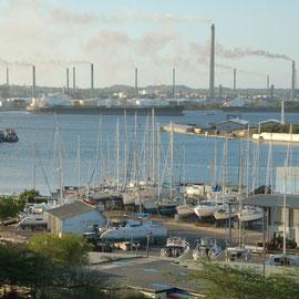 .....auf Curacao-Marine. Im Hintergrund die grösste Dreckschleuder weltweit. Die Raffinerie wurde für einen Dollar an Venezuela verkauft.
