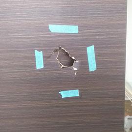 室内の扉に大きな穴