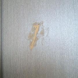 建具にえぐれた傷が入っています
