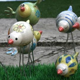 Diese kleineren Gartenvögel stehen auf zwei Metallbeinen. 18,-€