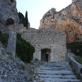 Bild: Kurz vor dem Eingang zur Kapelle