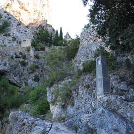 Bild: Der Aufstieg ist ein Kreuzweg zur Kapelle Notre-Dame-de-Beauvoir in Moustiers-Sainte-Marie
