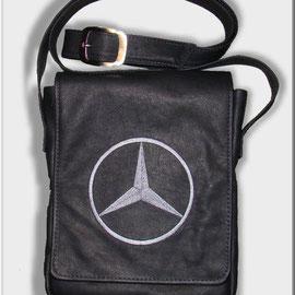 Кожаная сумка с вышитой эмблемой