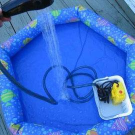 Fundsache Internet: Kinderplanschbecken mit Tauchpumpe aus Akkupack versorgt, sehr wassersparend