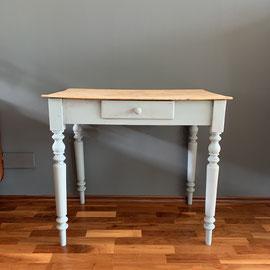 Kleiner Tisch mit Naturholzplatte, Beine gedrechselt, Grau, 84 breit, 52 tief, 76 hoch *195€