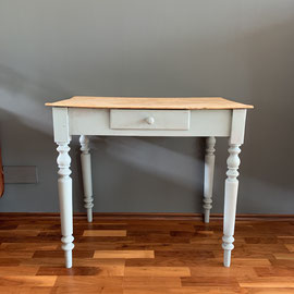 Kleiner Tisch mit Naturholzplatte, Beine gedrechselt, Farbton Grau, 84 breit, 52 tief, 76 hoch *195€