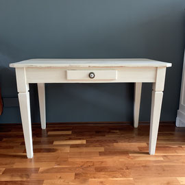 Tisch Farbton Hellelfenbein,  118 breit, 67 tief, 74 hoch *320€
