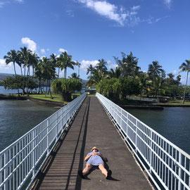 """""""Immer liegt was rum"""" – auf Hawaii, Hilo (Coconut Island, Okt 2019): Ich so – nachdem ich die besten Macadamia Pancakes mit Eiern, Bacon, Kokos-, Passionfruit-, Maple- & Guavesirup verdrückt hab!"""