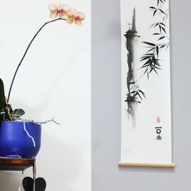 an zwei Holzleisten aufgehängter Bambushalm Sumi-e, japanische Tuschmalerei auf Reispapier