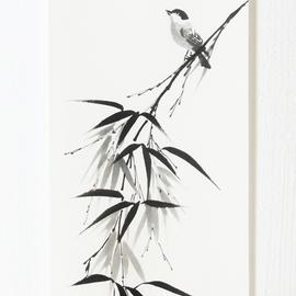 an zwei Holzleisten aufgehängter sitzender Vogel auf Bambuszweig Sumi-e, japanische Tuschmalerei auf Reispapier