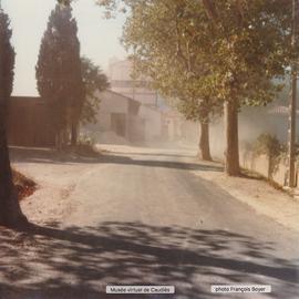 Photo prise de la 1ère maison du village montrant le nuage de poussière qui sort de l'usine