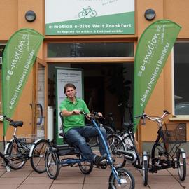 Ingo Klein vor dem Dreirad-Zentrum Frankfurt