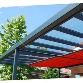 En installant nos stores pergola, vous modulez l'ouverture en fonction de vos besoins, au gré de la partie de pergola à ombrager ou de l'orientation des rayons du soleil.