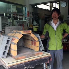 地域おこし協力隊の松岡健治郎さんは即席のピザ釜を作成