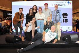 Die SiegerInnen der 1. Show von THE VOICE 2018 mit der Jury, Veranstalterin Helga Matzka, Moderator Reinhart Gabriel und Christina Stocker (Fischapark)