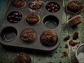 Schokoladen-Gewürzmuffins mit Kirschen