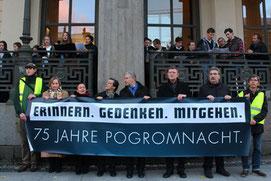 Der Regierende Bürgermeister Berlins Wowereit, der ev. Bischof Dröge und der kath. Kardinal Wölke halten ein großes Plakat für der kath. Hedwigskathedrale: 75 Jahre Pogromnacht. Foto: Helga Karl