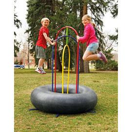 Trampoline pneu pour enfants. Sauter, jouer