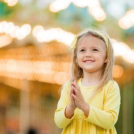 Lachendes Kind bei einem Fest