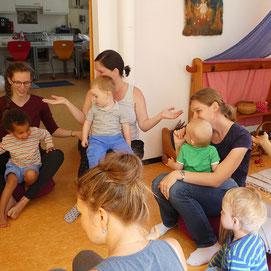 Eltern und Kinder beim Kinderstubentreff in Balingen