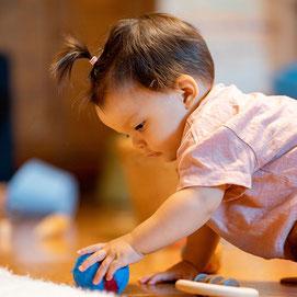 Kind beim Spielen im Eltern-Kind-Kurs