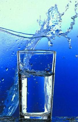Wasserglas - spritzendes Wasser