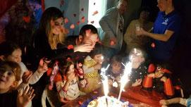 animatore feste bambini nel momento del taglio della torta