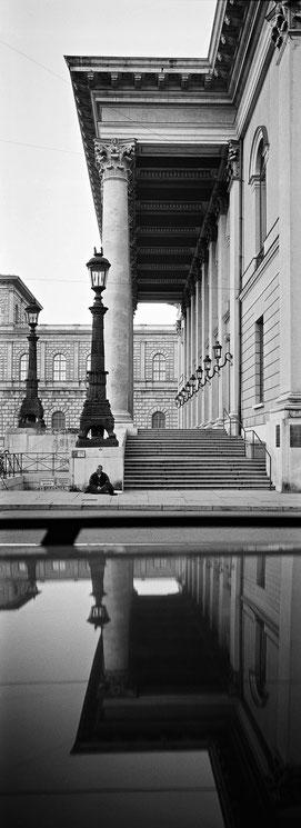 Die Oper  in München als vertikales Panorama-Foto in Schwarzweiß