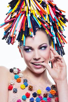 Shooting photo, beauté, collection coiffure, queue de cheval, ballons multicolors, fête, maquilleuse professionnelle Toulouse, Carole PETRIGNO, maquillage coloré, fards à paupières violet, turquoise, artistique, rouge à lèvres nude, fard à joues naturel