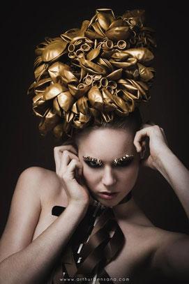 Shooting photo, beauté, collection coiffure, ballons or, dorés, fête, maquilleuse professionnelle Toulouse, Carole PETRIGNO, maquillage, smoky eyes, fards à paupières brun, artistique, sourcils en strass clous et pointes, rouge à lèvres nude