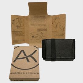 Wir versenden plastikfrei. DieVerpackungen für das A&K MINI haben wir entworfen und diese werden in Berlin gefertigt.