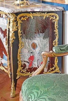 Meuble laqué typique des influences interculturelles entre l'Asie et l'Europe.Au centre du salon du Louvre, Paris