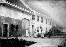 """Das Haus der Familie Fricker (""""s Lehrers"""") bei der Kirche. (ca. 1905)"""