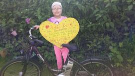 Lia ist glücklich über ihr neues E-Bike