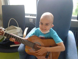 Crischa präsentiert seine Gitarre