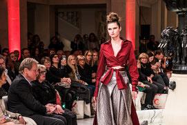 Bild: Dress von Anja Gockel mit Manschettenknöpfen von Morent Berlin auf der Fashionweek 2017 im Adlon Berlin