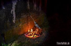 Neuseeland - Motorrad - Reise - Westküste - Forelle über Lagerfeuer grillen
